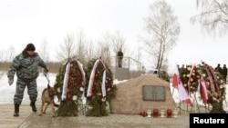 Поліція на місці катастрофи перед церемонією вшанування пам'яті загиблих, Росія, 10 квітня 2012 року