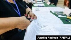 Голосування на одній з виборчих дільниць Баку, Азербайджан, 26 вересня 2016 року