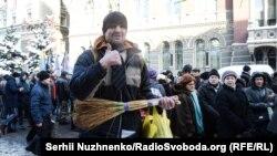 Учасники акції протесту біля Національного банку України. Київ, 15 листопада 2016 року