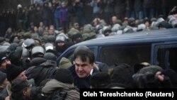 Украинанын коопсуздук кызматынын Михаил Саакашвилини кармап кетүү аракети майнапсыз аяктап, саясатчыны тарапташтары бошотуп кетишкен. Киев, 5-декабрь, 2017-жыл.