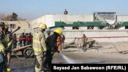 Punëtorët pastrojnë rrugët pas sulmit vetëvrasës në Kabul më 12 dhjetor 2011.
