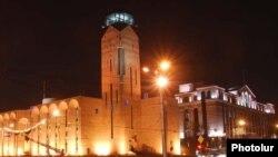 Երևանի քաղաքապետարանի շենքը երեկոյան