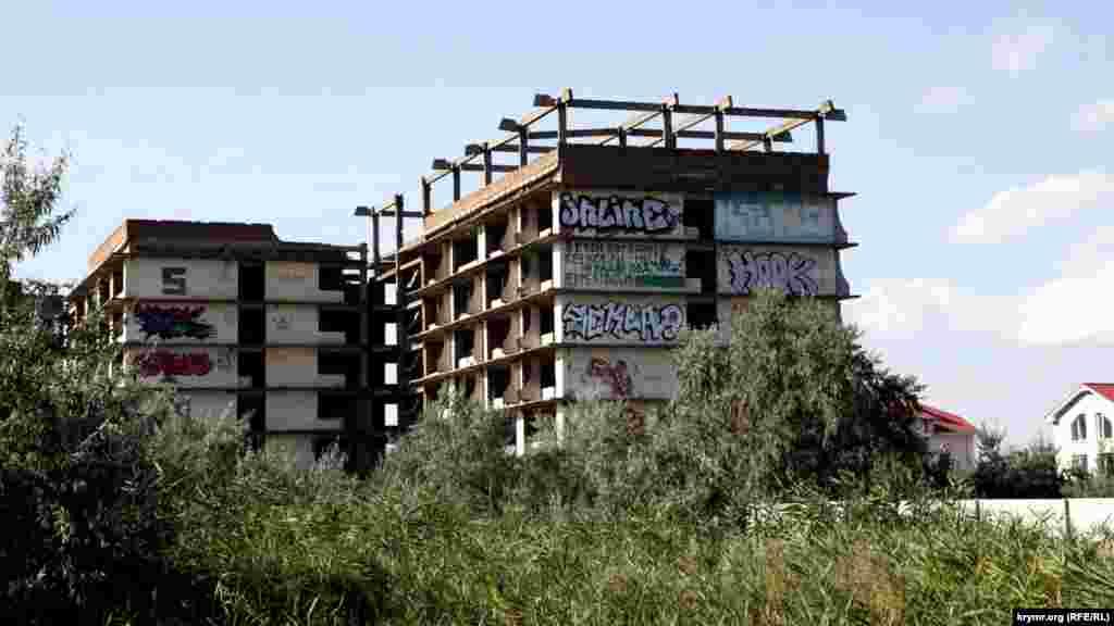 На курорте много как свежих гостиничных комплексов, так и брошенных недостроев