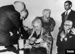 """Вручение премии """"Этна-Таормина"""" Анне Ахматовой, 1964 год"""