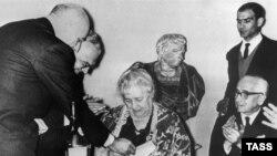 """Anna Axmatova ölümündən bir neçə il əvvəl """"Etna Taormina"""" mükafatını alır, 1964."""