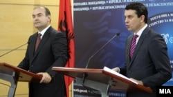Ministri i Punëve të Jashtme i Maqedonisë, Nikolla Poposki dhe ministri i Jashtëm i Shqipërisë, Edmond Haxhinasto.