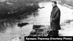 Васіль Быкаў у Горадні, дзе пісаўся «Сотнікаў». 1970 г. Фота Аркадзя Перахода