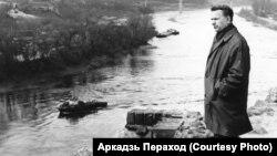 Васіль Быкаў у Горадні, дзе пісаўся «Сотнікаў». 1970 г. Фота Аркадзя Перахода.