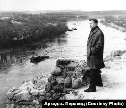 Васіль Быкаў у Горадні, дзе пісаўся «Сотнікаў». 1970 г