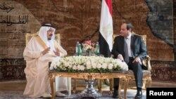 عبدالفتاح السیسی (راست) پیشنهاد کرده که نام این پل، «ملک سلمان بن عبدالعزیز» باشد.