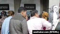 Мигранты из Туркменистана в очереди у банкомата в турецком городе Стамбул. Иллюстративное фото.