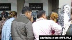 Туркменские мигранты в Турции перед банкоматами в районе Аксарай, Стамбул, ноябрь 2017 года.