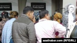 Очередь у банкоматов, расположенных в районе Ак Сарай, Стамбул, ноябрь, 2017.