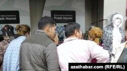 Банкоматка кезек күткөн түркмөнстандык мигранттар. Стамбул, Түркия. Ноябрь, 2017-жыл