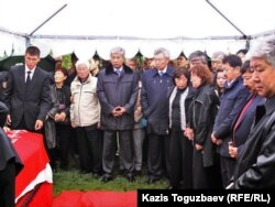 Владимира Ниге топырақ салуға келген жұрт. Алматы, 12 қыркүйек 2010 жыл.