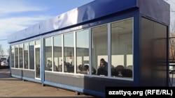 Пассажиры дожидаются рейсов в утепленных вагончиках. Уральск, 23 ноября 2020 года.