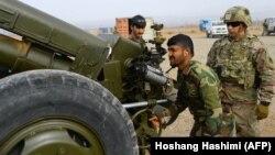 ارشیف، د ناټو سرتېری د افغان ځواکونو د روزنې په حال کې