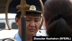 ҚАЖК ғимараты алдына арызданып келген түрмедегі адамның туысын полицей тыңдап тұр. Астана, 14 тамыз 2010 жыл. Көрнекі сурет