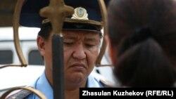 Полицейский у ворот здания комитета уголовно-исполнительной системы. Астана, 14 августа 2010 года. Иллюстративное фото.
