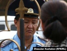 Қылмыстық-атқару жүйесі комитеті басшылығына жолығуға келген тұтқындардың туған-туыстары ғимарат қақпасы алдында полицеймен сөйлесіп тұр. Астана, 14 тамыз 2010 жыл.