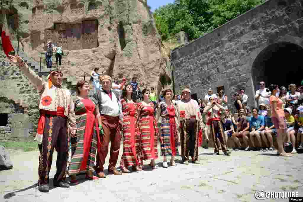В мероприятиях по случаю праздника участвуют и туристы.