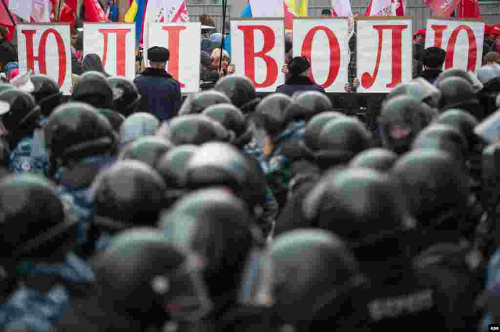 Представники опозиційних сил вирушили до парламенту з вимогою ухвалити законопроекти, які мали уможливити лікування колишнього прем'єра Юлії Тимошенко за кордоном і таким чином відкрити Україні шлях до євроінтеграції, 7 листопада
