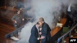 Pamje nga Kuvendi i Kosovës ku opozita ka hedhur gaz lotsjellës