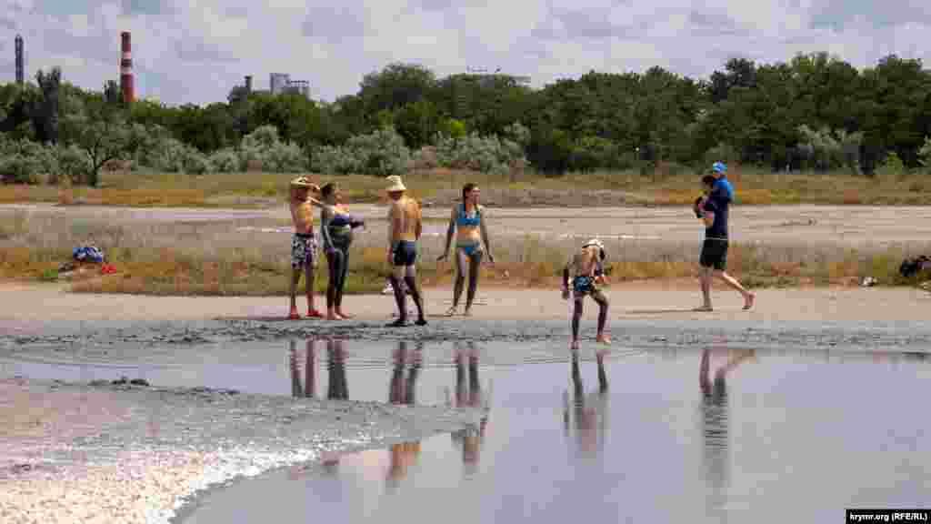 Часть набережной «Лазурная» проходит по песчаной косе, которая отделяет Мойнакское озеро от пляжей Каламитского залива Черного моря в западной части Евпатории. Больше фото с набережной «Лазурная» – здесь