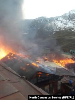 Местный житель приблизился к очагу пожара