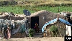 په پاکستان کې خلک د غربت له وجې یو شمېر خلک په جونګړو کې ژوند کوي