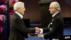 Mario Vargas Llosa Nobel mükafatını qəbul edərkən, 2010