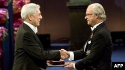 Mario Vargas Llosa Nobel mükafatını alarkən. İsveç kralı Karl XVI Gustaf (sağda)