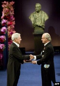 Mario Vargas Llosa-ya (solda) Nobel mükafatı təqdim edilir, 2010