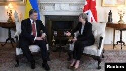 Президент Порошенко та прем'єр-міністр Великої Британії Тереза Мей під час зустрічі в Лондоні, 19 квітня 2017 року