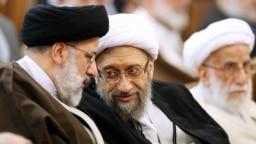 صادق لاریجانی در حال گفتوگو با ابراهیم رئیسی در مراسم معارفه رئیس جدید دستگاه قضایی در اسفندماه ۹۷