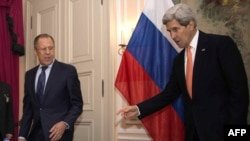Кэры жэстыкулюе падчас размовы зь міністрам замежных справаў Расеі Сяргеем Лаўровым
