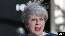 Theresa May u ponedjeljak u Londonu ispred Downing steeta