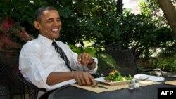 Обама тал көлеңкесінде ас ішіп отыр. (Көрнекі сурет)