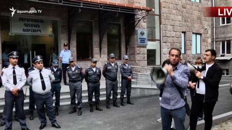 Բողոքի ակցի ԲԴԽ շենքի մոտ՝ ԲԴԽ նախագահի և դատավորների հրաժարականի պահանջով