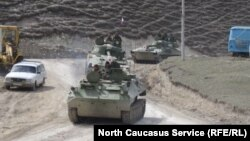 Шешенстаннан Дағыстанға қарай өткен ресейлік әскери танктер. Сурет 2001 жылы 12 қыркүйекте түсірілген.
