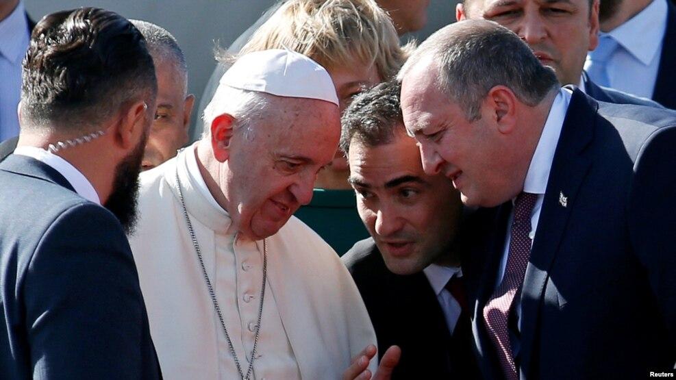 Президент Грузии Георгий Маргвелашвили приветствует Папу Римского Франциска