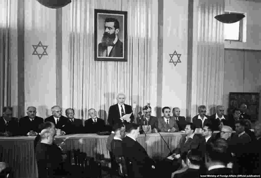 14 травня 1948 року (5 іяру 5708 року за іудейським календарем) приблизно за 8 годин до закінчення британського мандата в Палестині, була підписана декларація про незалежність Ізраїлю. На фото Давид Бен-гуріон оголошує про створення нової держави