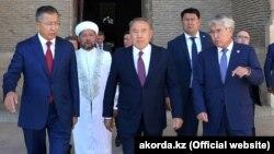 Президент Казахстана Нурсултан Назарбаев (в центре) во время визита в Туркестанскую область. 29 сентября 2018 года.