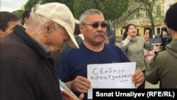 Активист Бауржан Алипкалиев (Бакиза Халелова на заднем плане справа) во время несанкционированной акции за «освобождение политзаключённых». Уральск, 10 мая 2018 года.