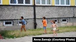 Чеченские дети играют рядом с лагерем беженцев в Белостоке.