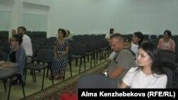 Родители и журналисты, которые пришли на собрание, организованное Transparency Kazakhstan. Алматы, 17 августа 2016 года.