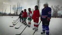 Мекендештер хоккейчи кыздарга форма салышты