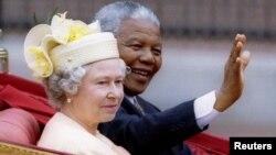 Нельсон Мандела и королева Великобритании Елизавета II. Лондон, 9 июля 1996 года.