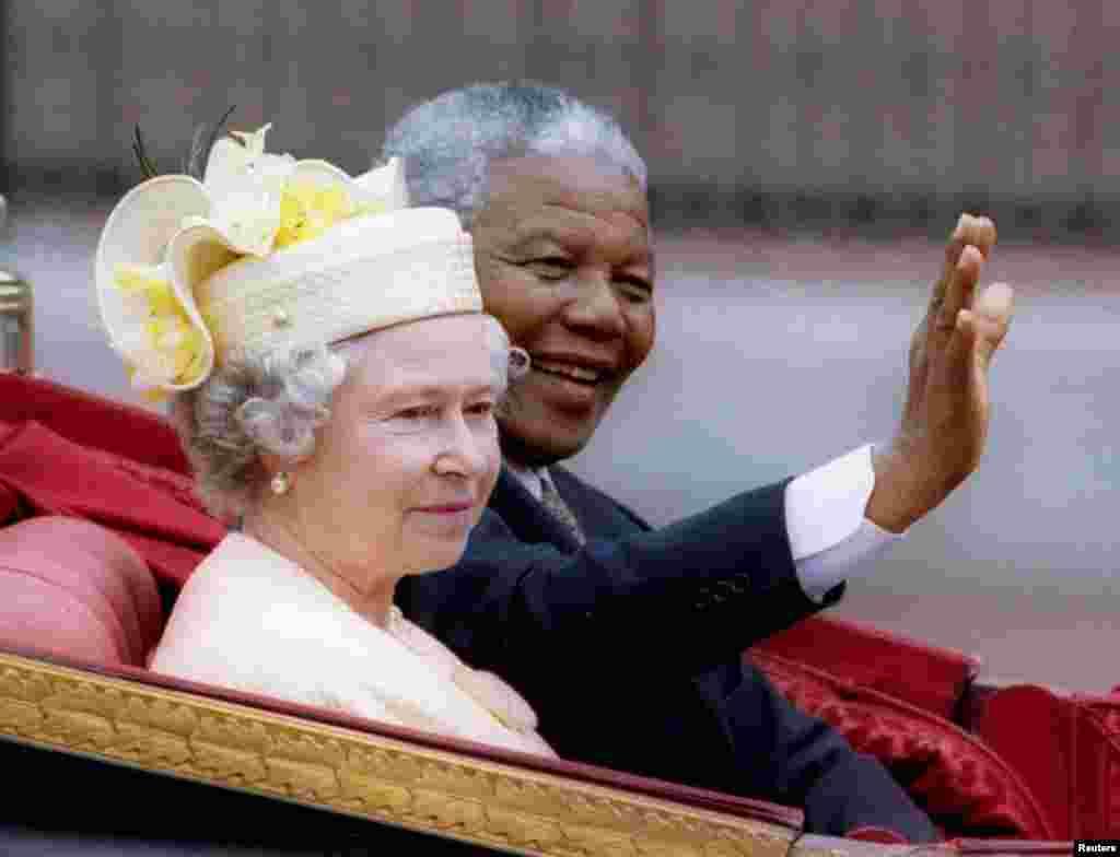 С президентом ЮАР Нельсоном Манделой во время его официального визита в Великобританию. 9 июля 1996 года.