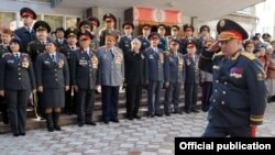 Министр Зарылбек Рысалиев кыргыз милициясы түзүлгөнүнүн 86 жылдыгына арналган салтанаттуу жыйында, 2010-жылдын 1-ноябры.